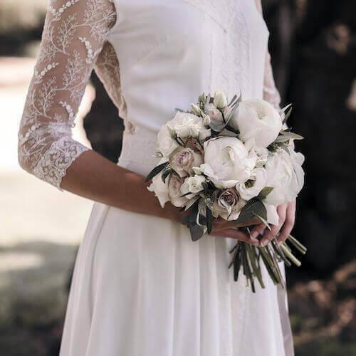 Sposa che regge un bouquet.