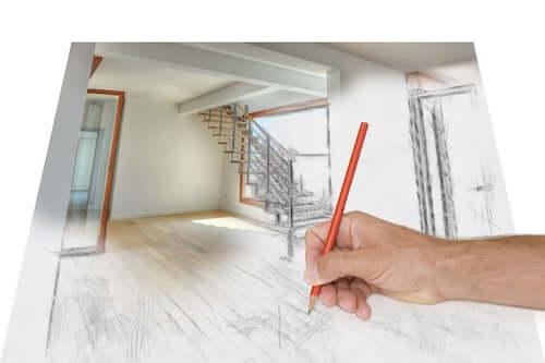 Uomo che disegna il progetto della casa.