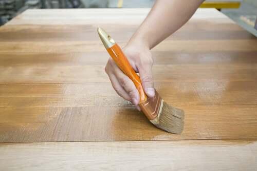 Pitturare il legno.