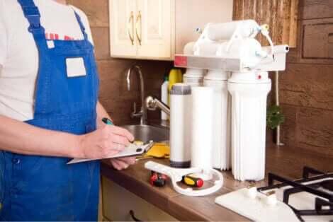 Installazione di un sistema di filtraggio dell'acqua.