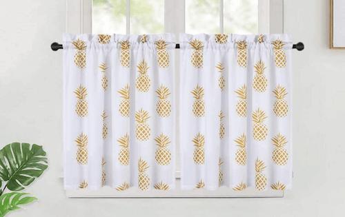 Tenda per il bagno con stampe che raffigurano un'ananas.