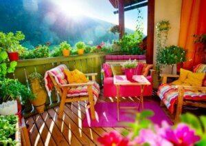 Terrazzo con poltrone colorate.
