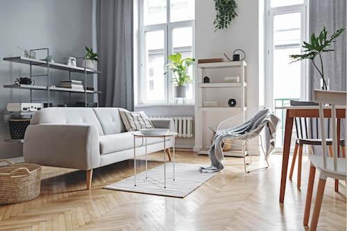 Evitare l'usura del pavimento. Soggiorno con pavimento in legno.