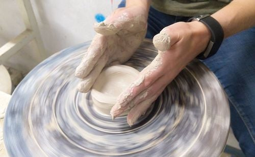Uomo che crea un vaso di argilla.