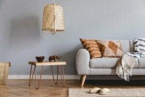Salotto arredato con mobili in bambù.