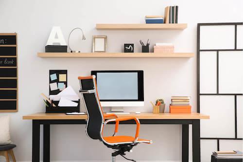 Sedia da ufficio arancione.