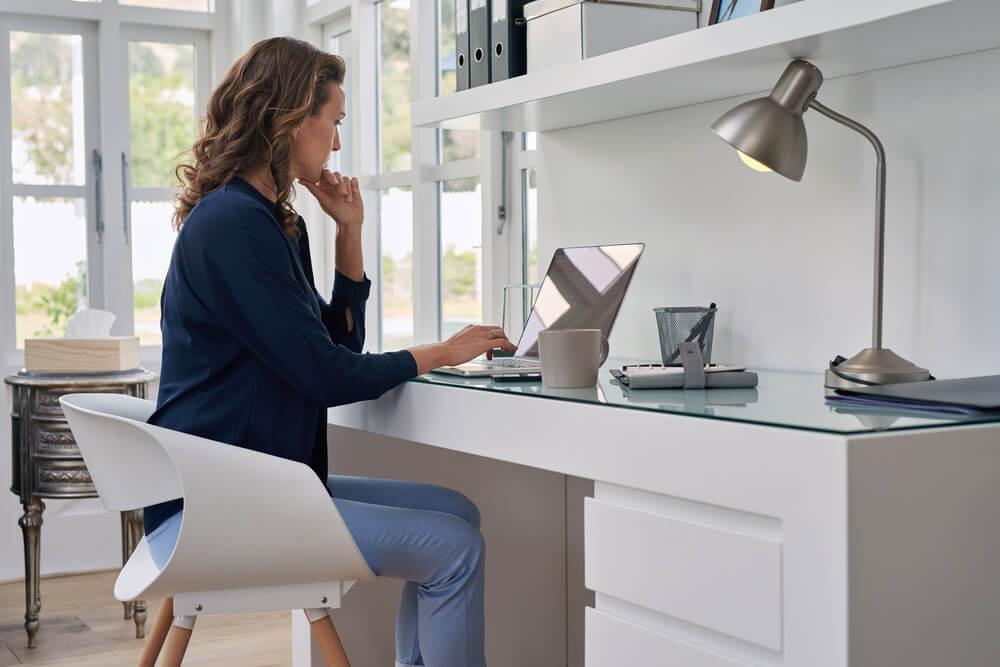 Bellissime idee di archiviazione per un ufficio a casa