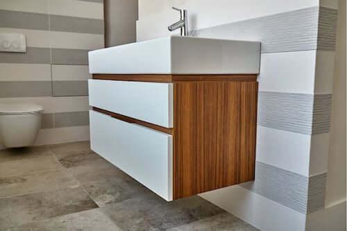Mobile del lavabo del bagno in legno di teak.