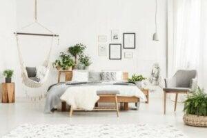 Camera da letto arredata in stile bohemien.