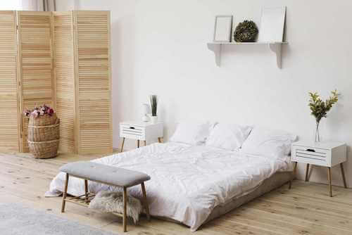 Camera da letto in stile minimalista.