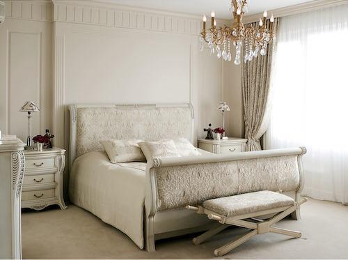 Camera da letto in stile classico con lampadario con elementi in vetro.