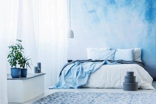 Camera da letto con i toni dell'azzurro.