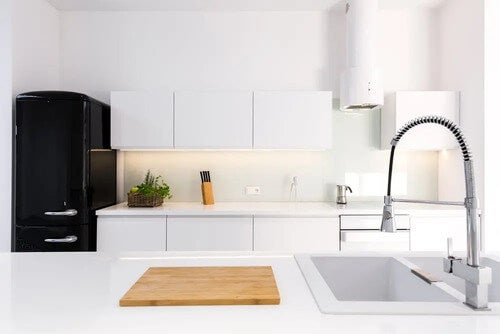 Cucina minimalista e austera.
