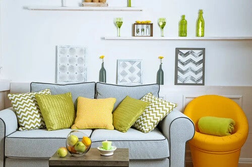 Soggiorno con cuscini colorati e poltrona gialla.