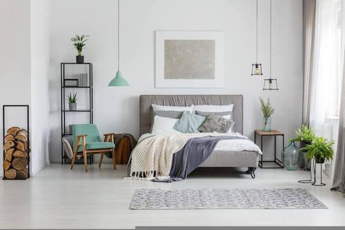 Camera da letto di colore bianco e grigio.