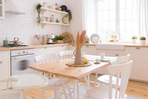 Tavolo di legno per la cucina.