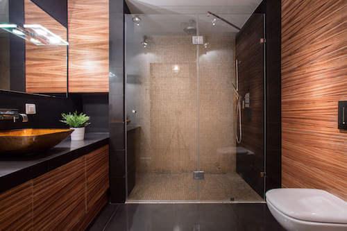 Bagno moderno con pareti e doccia in legno.