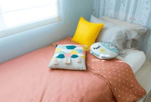 Cameretta decorata con rosa e giallo.