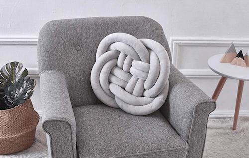 Cuscino con nodo celtico per decorare una poltrona.