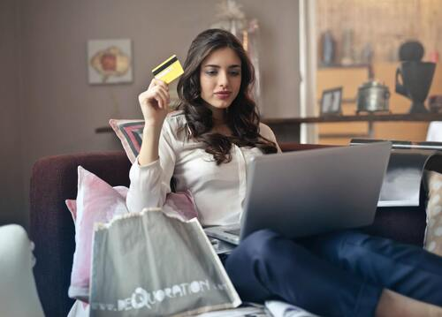 Donna che fa shopping online.