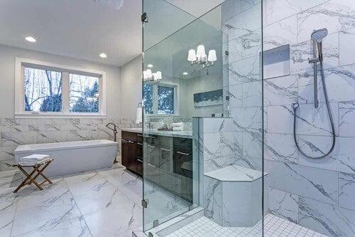 Bagno con pavimento in marmo.