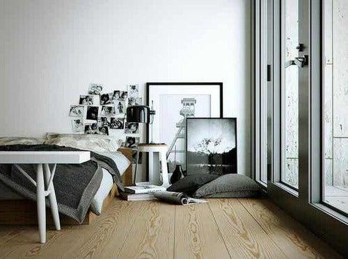 Camera da letto in bianco e nero.
