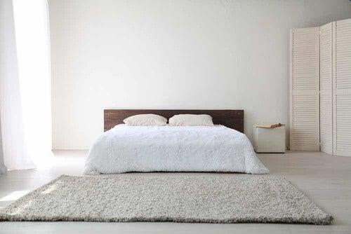 Camera da letto dai colori neutri.