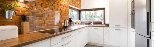 Cucina bianca e in legno.