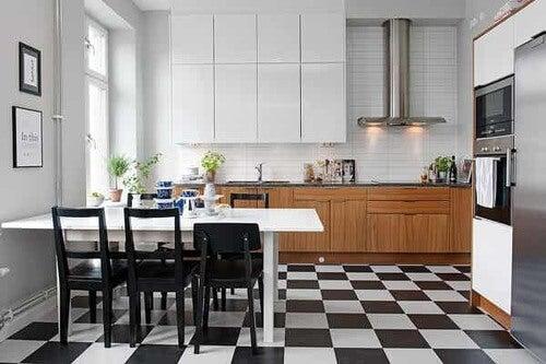 Pavimento a scacchi per la cucina.