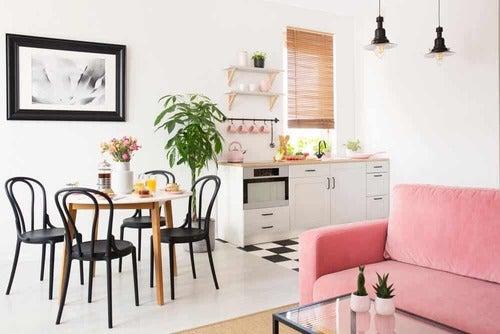 Cucina con divano rosa.