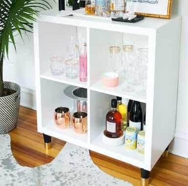 Minibar realizzato con uno scaffale KALLAX di IKEA.
