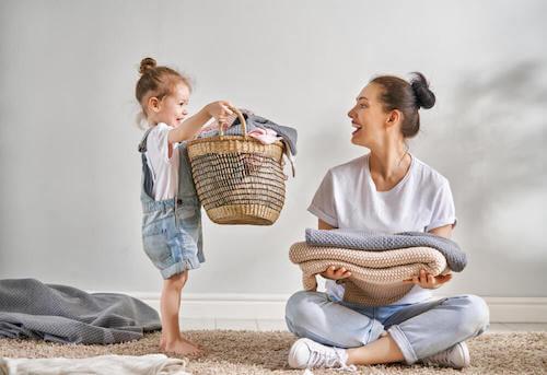 Madre e figlia che mettono a posto gli asciugamani.