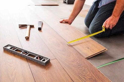 Assemblaggio pavimenti in laminato.