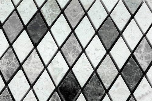 Pavimento con piastrelle con motivi geometrici.