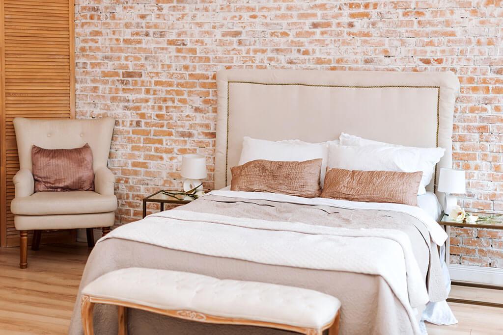 Muro di mattoni in camera da letto: 5 idee decorative
