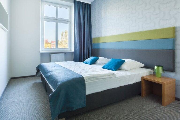 Consigli per mantenere l'ordine in una camera da letto piccola