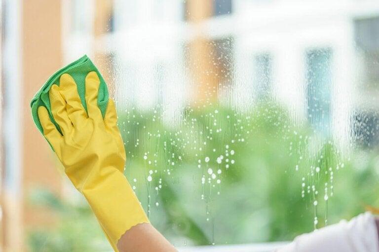 Macchie d'acqua sui vetri: rimedi casalinghi per rimuoverle