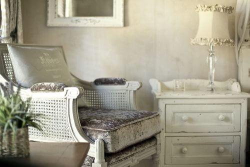 白椅子と白い棚