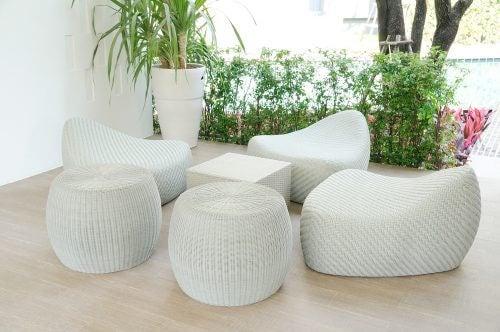 白い椅子とテーブル、観葉植物のあるスペース