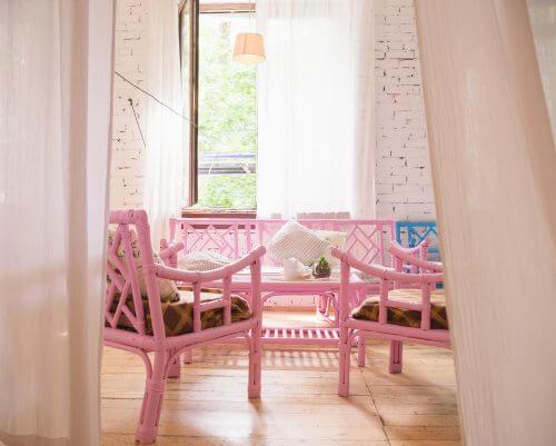 ピンクの椅子とベンチ
