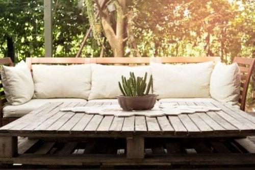 簡単DIY:パレットでテラスをもっと素敵な空間に!