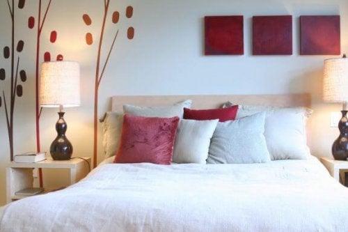 さまざまな色のクッション 寝室 暖色系 組み合わせ