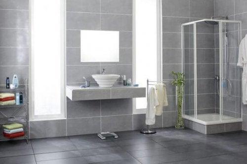 浴室をタイルで彩る:3つの素敵なアイデア