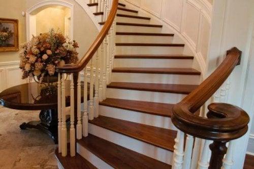 あなたの家の階段に美しい木の手すりを