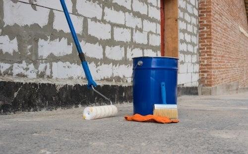 ペンキ缶とローラー ウッドデッキを防水にする