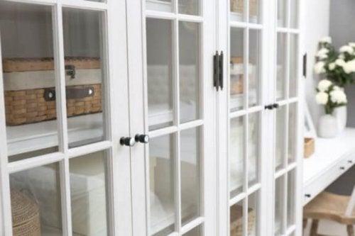 ガラス扉の白い棚