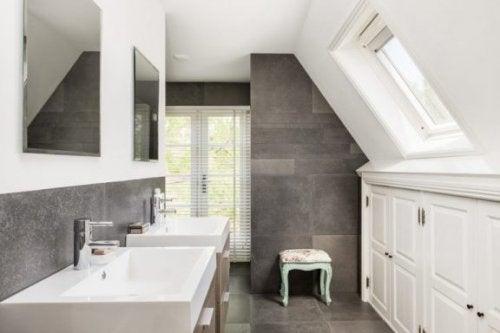 洗面台が2つの脱衣所 バスルーム内のレイアウト