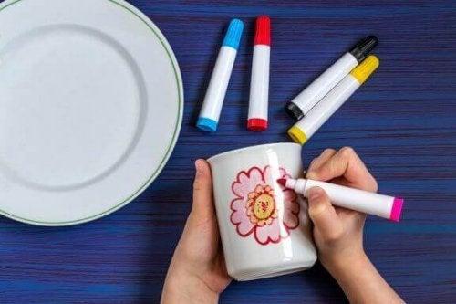 マーカーを使ってマグカップを可愛くリメイクする方法