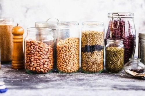 小さなキッチン ガラス瓶の食品収納