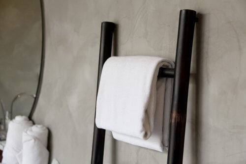 バスルームにぴったりなシンプルで理想的なタオル掛け